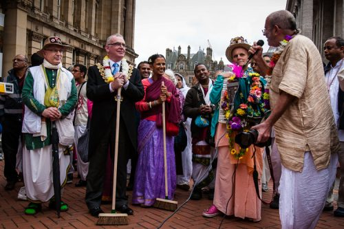 Lord Mayor, dignitaries and spiritual leaders attending the Birmingham Ratha Yatra 2013