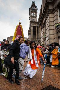 Hindu worshipers pulling the chariot