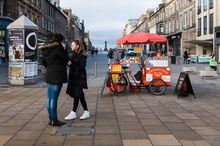 A hot dog stand in Edinburgh with a perspective to a Victorian monument