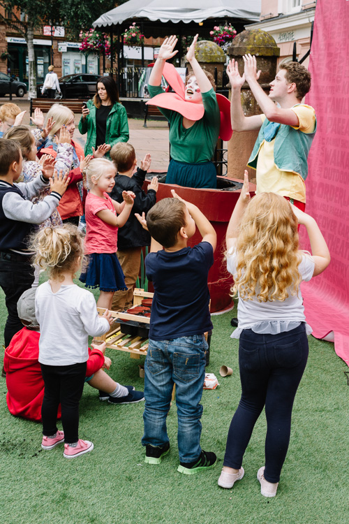 The little audience dances with the Flower Theatre actors