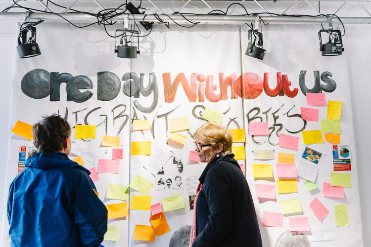 Wall filled with post it note with little personal stories about migrants in Doonhamers' lives