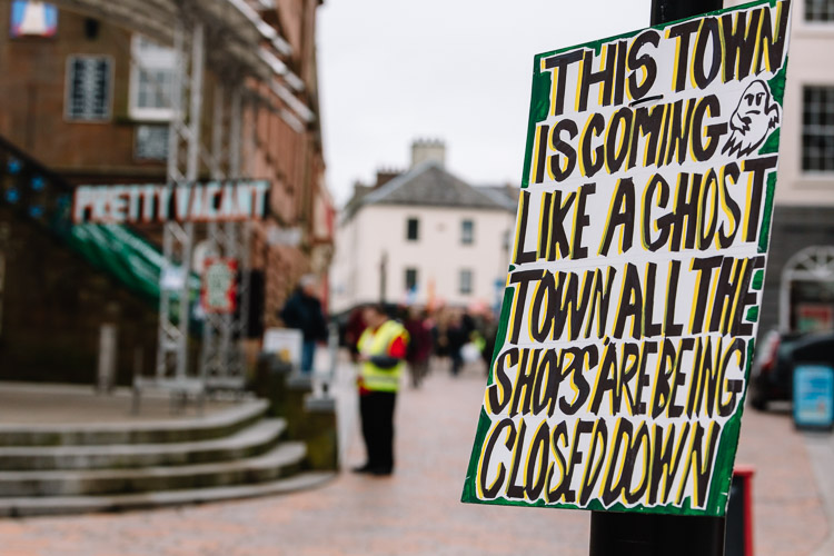 Critical sign expressing Doonhamers' angst about the closing down shops on High Street