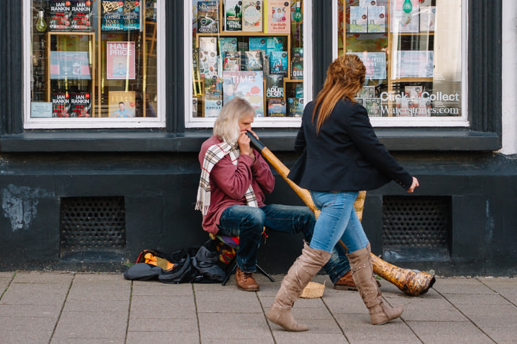Doonhamer passing the busker on High street